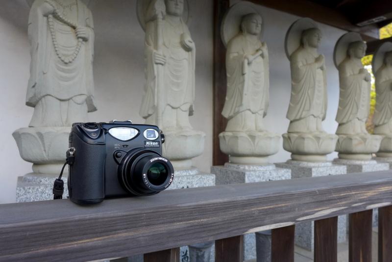 """画像の仕上がり具合も含め、いろいろ渋い所のある「COOLPIX 5000」で、渋い冬の風景が広がる""""JR五日市線の旅""""を楽しみました(武蔵増戸駅から徒歩で訪れた「瑞雲寺」前にて)。"""
