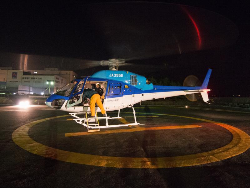 スタッフの手助けを受けながら乗り降りする。初ヘリの筆者は、その音と離陸時の風圧に驚いた