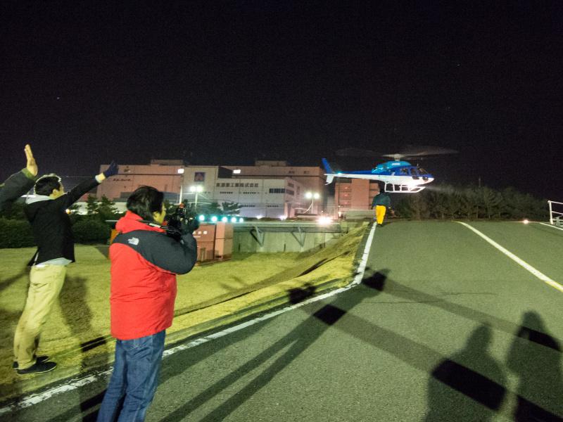 ヘリの姿を撮影する参加者とスタッフに見送られながら、上空へ