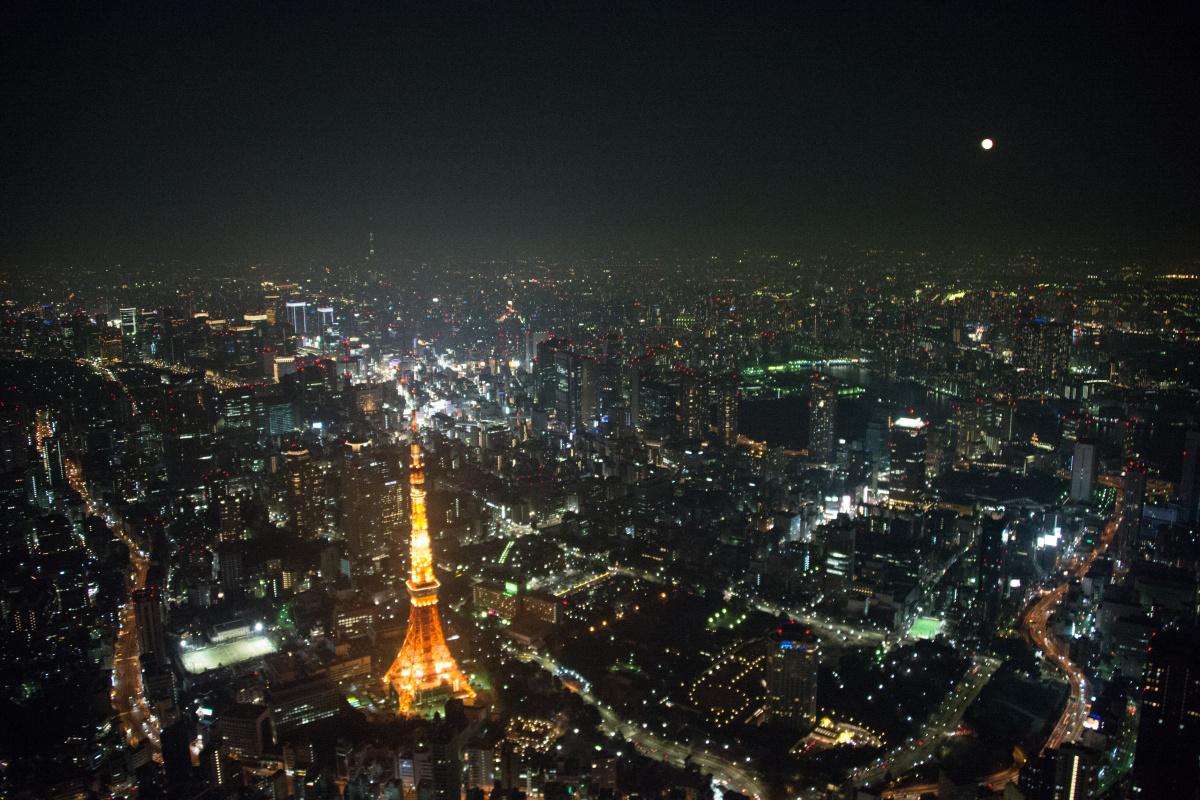 月が出ているのを発見。奥にうっすら東京スカイツリーが見える