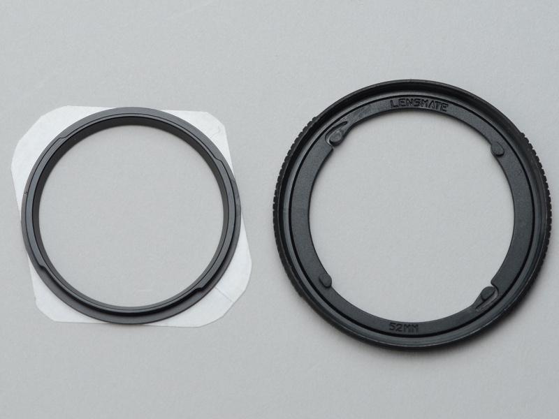 左がフィルターホルダーを受けるレシーバー(アルミ製)。右がバヨネット式のフィルターホルダー(プラスチック製)