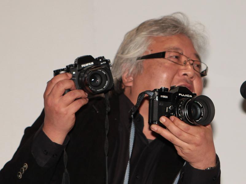 同社がかつて作っていた銀塩カメラ「FUJICA ST801」を見せながら話す赤城氏。
