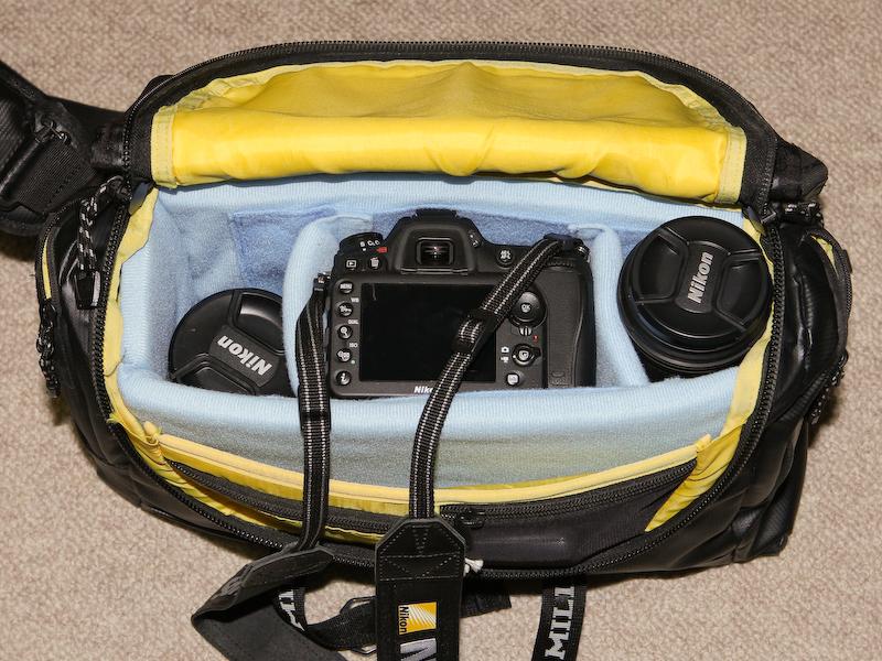 AF-S DX Zoom-Nikkor 17-55mm F2.8 G IF-EDを装着したD7100(中央)、AF-S DX NIKKOR 10-24mm F3.5-4.5 G ED(左)、AF-S NIKKOR 70-200mm F4 G ED VR(右)を収められる。