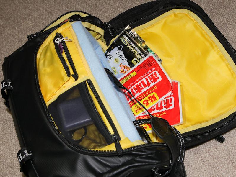 カイロやマスクをインナークッションとバッグの間に収納する。インナークッションは痛んだためエツミ製のものに交換している。