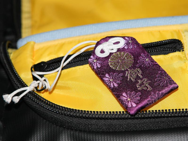 大浦氏は故郷にある霧島神宮のお守りをすべてのカメラバッグに付けている。