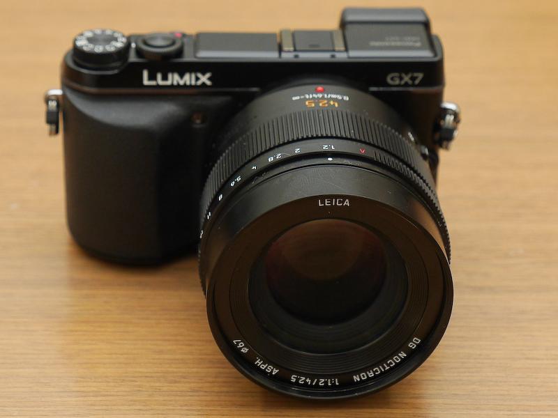 LUMIX DMC-GX7に装着したところ(以下同)。