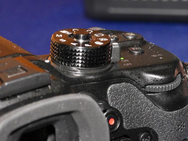新たにモードダイヤルにロックボタンが付いた。ボタンを押すとロックされ、もう1度押すとフリー回転になる。