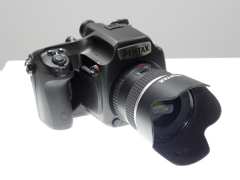 中判デジタル一眼レフカメラのPENTAX 645D 2014(仮称)。こちらも参考出品