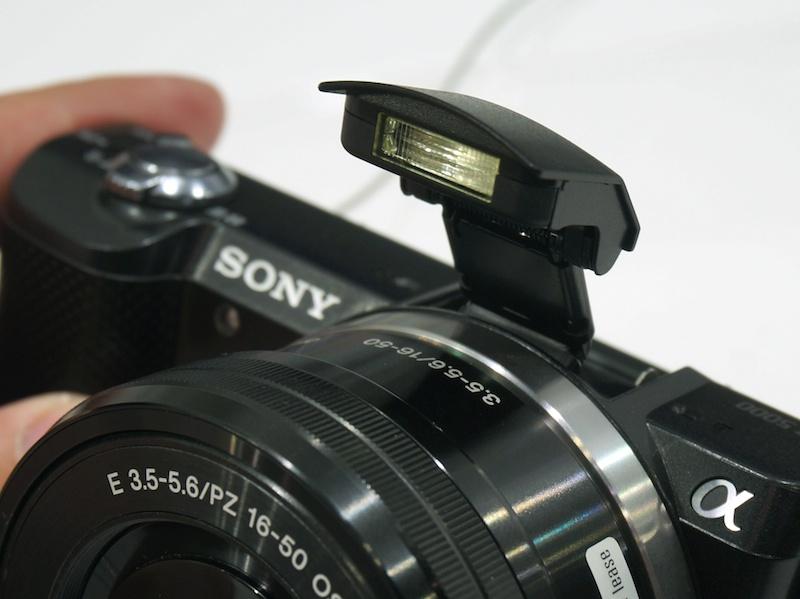 レンズの直上にポップアップ式のストロボを内蔵する
