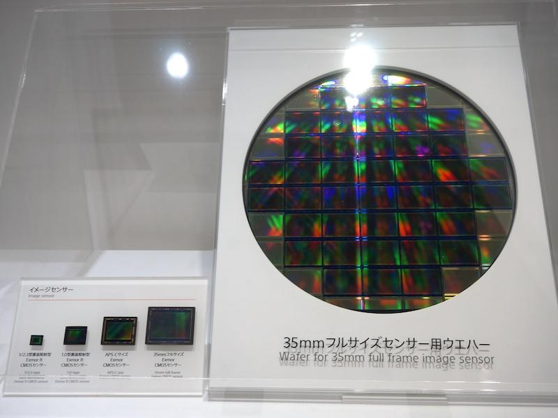 部材の展示も。左は撮像素子のサイズ比較。右は35mmフルサイズセンサー用ウエハー