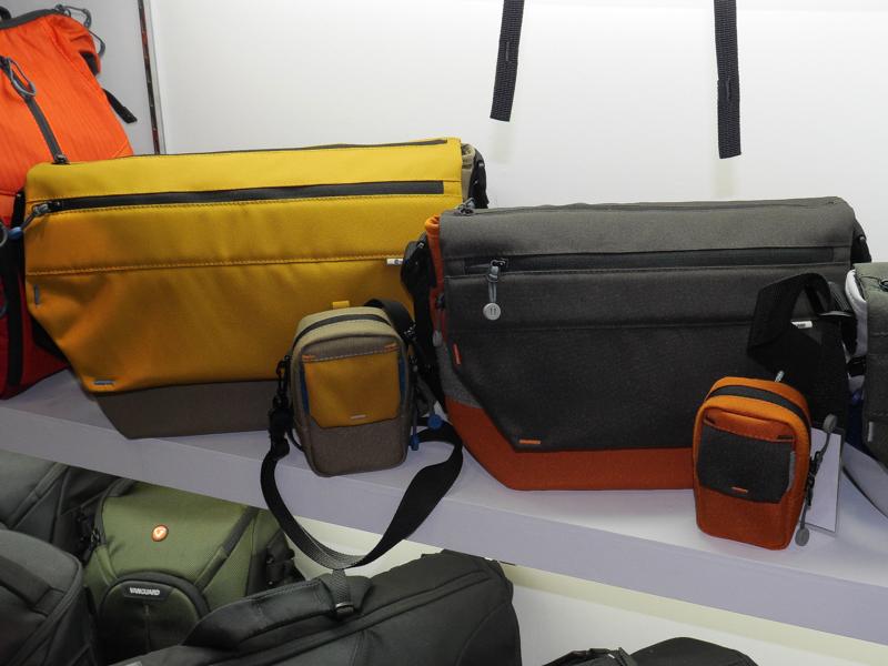 メッセンジャーバッグはフラップを開けなくとも、上部のファスナーで内部にアクセスできる。手前のポーチも新モデル。