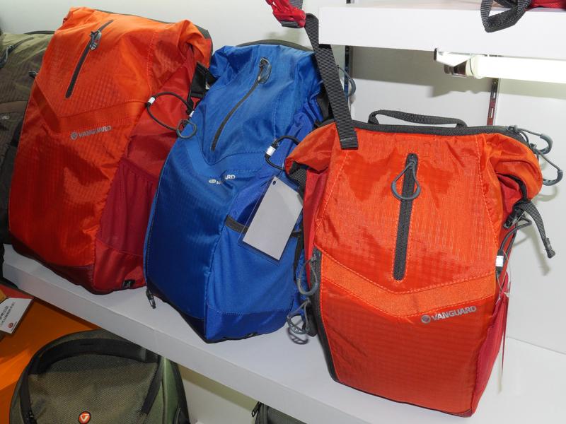 上部気室のファスナーが縦方向に開くバッグ。スリングバッグとバッグパックを用意する。