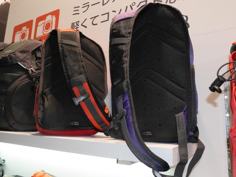 スリングバッグとしては比較的大きめのタイプ。