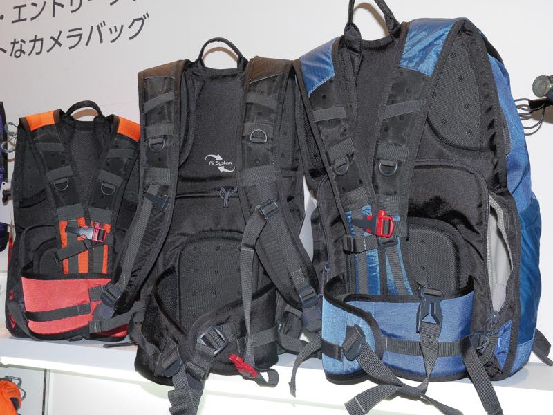 今回発表された中では最大のバッグ。すべてバックパックで、ハーネス部分に揺れを抑えるストラップやウエストベルトが備わっている。