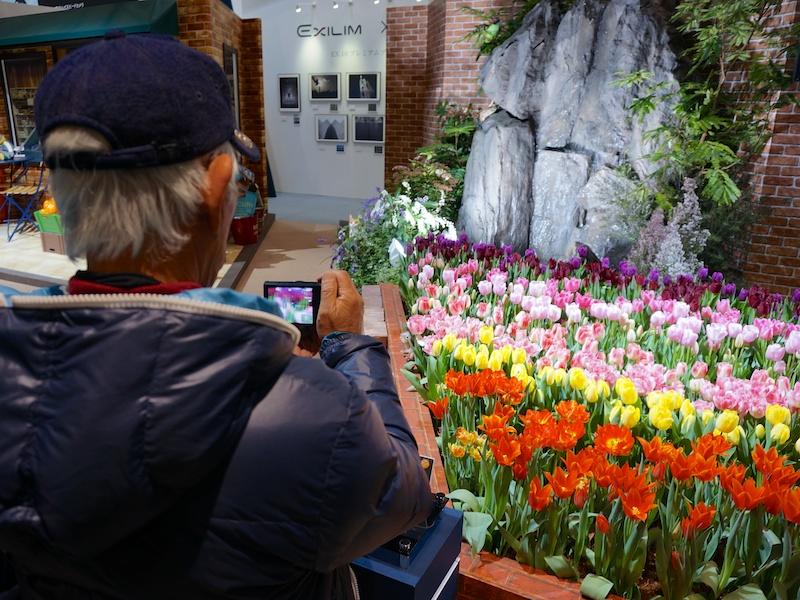 カメラメーカーブースの被写体としては珍しい、花壇や滝をブース内に設営