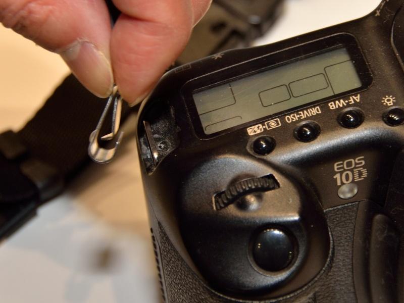 カメラに装着しやすいナスカンを備えたタイプも用意される