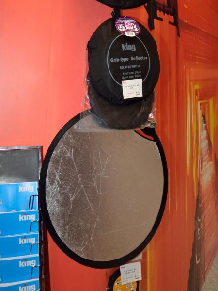 取っ手がついたレフ板「グリップレフW/S」(使用時直径約56cm、約82cm、約103cmの3サイズ。いずれもオープンプライスで、実勢価格は56cmが4,980円、82cmが5,980円、103cmが7,980円)