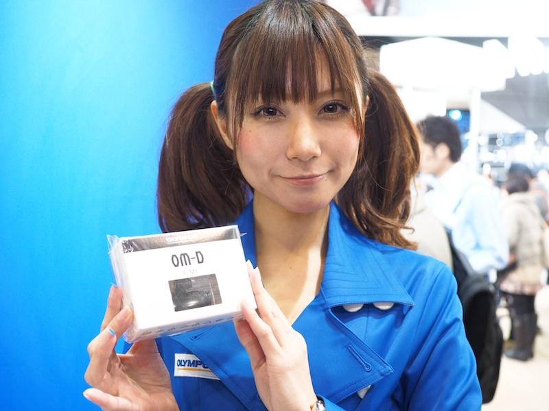 オリンパス製カメラを持ってオリンパスブース受付に行くと、「E-M1ミニチュアカメラが付いたオリジナル携帯ストラップ-非売品-」がもらえます。