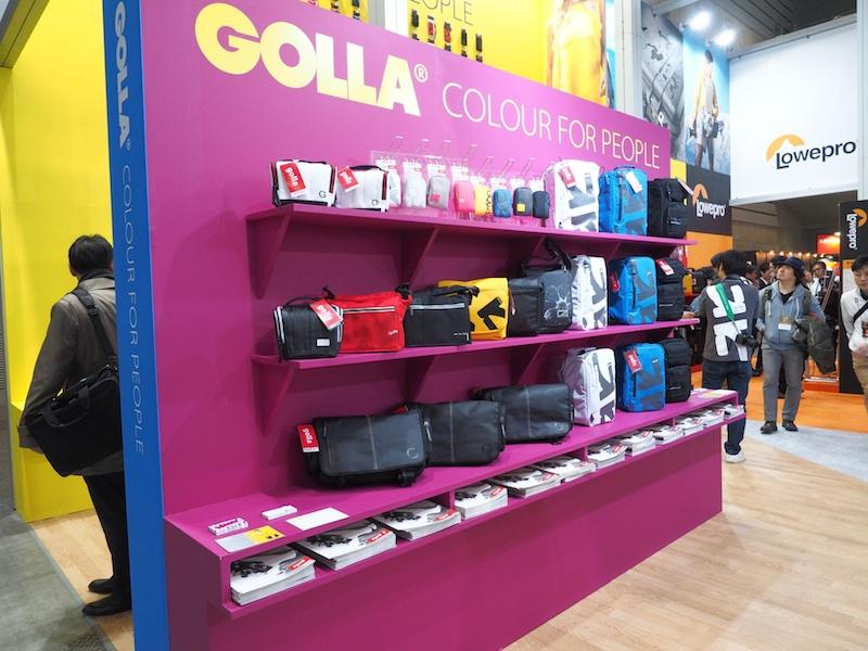 「GOLLA」(ゴッラ)ブランド。ユニークなデザインとポップな色が特徴のカメラバッグ。スポーティーなデザインが好きな人におすすめです。