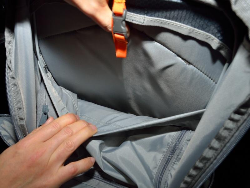内部背面にはパソコンを収納できるポケットもある