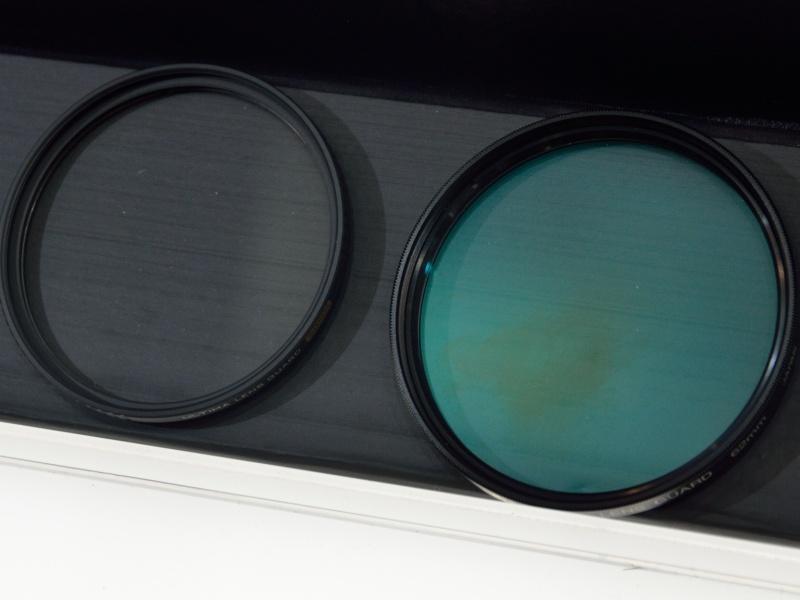 左がULTIMA。右は従来製品。緑色の反射は緑の透過率が低いことを示すという