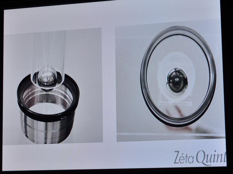 鉄球を落としてもガラスが割れないようすを映したビデオ。他社製品では割れてしまうという