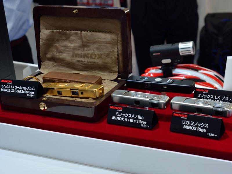 歴代ミノックスのなかに、最初期モデルである「リガミノックス」も展示されている。1937年にエストニア人のヴァルター・ザップによりラトビアの首都リガのVEF社で製造されたもの。バルト三国のソ連併合を嫌い、戦後西ドイツへ移転し再建されたのが現在のミノックスになる