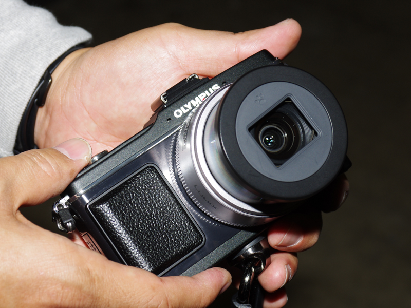 LUMIX G X VARIO PZ 14-42mm専用の開閉式レンズキャップ「G-Cap」