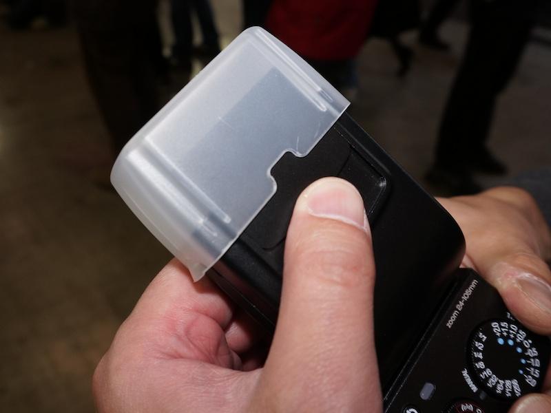 ディフューザーをつけた状態でキャッチライトパネルをスライドして引き出せる