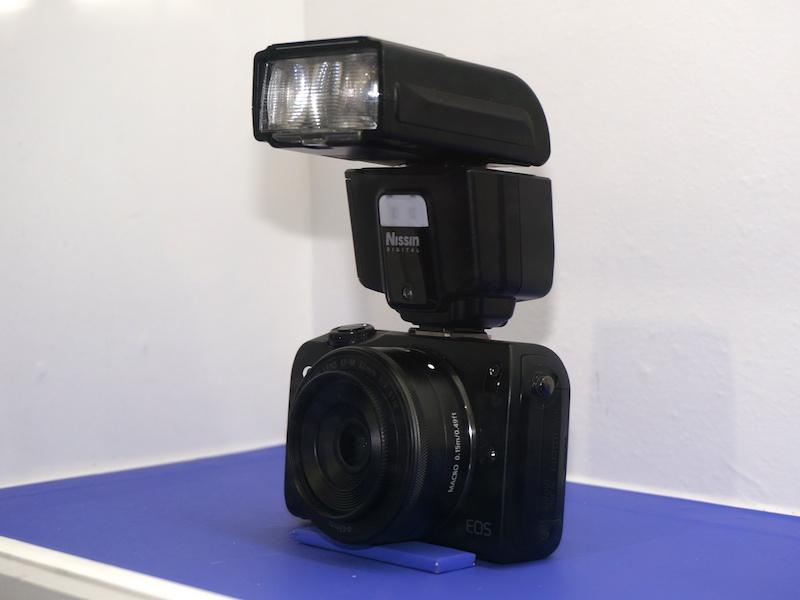ミラーレスカメラやエントリー一眼レフとの組み合わせ例も。写真はEOS Mに装着した状態