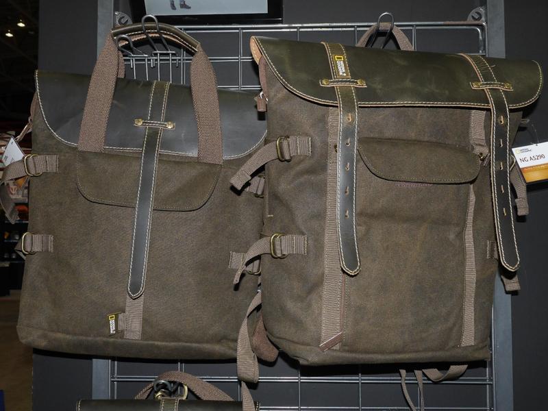 トートバッグ(左)とバックパック(右)