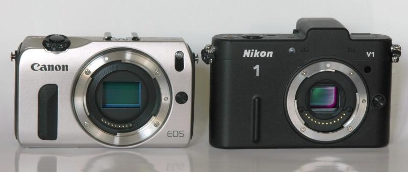 キヤノンEOS M(左)とNikon 1 V1(右)を比較してみると、ボディの大きさはあまり変わらない。撮像素子面をみると、画面サイズの違いがわかる。
