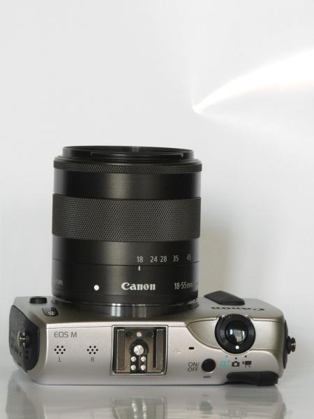 キヤノンのEF-S 18-55mm F3.5-5.6 IS STM(左)とEF-M 18-55mm F3.5-5.6 IS STM(右)の比較。全く同じ仕様のレンズだが、ミラーレスのEOS-M用の方がフランジバックが短いため、コンパクトにできる。