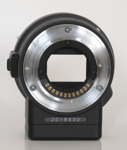 マウントアダプターFT1のレンズ側(左)とボディ側(右)。ボディ側は電子マウントなので接点のみだが、レンズ側には絞り制御用のレバーがある。レンズ側のマウント面のAFカップリングに相当する場所には孔を塞いだ跡がある(矢印)。