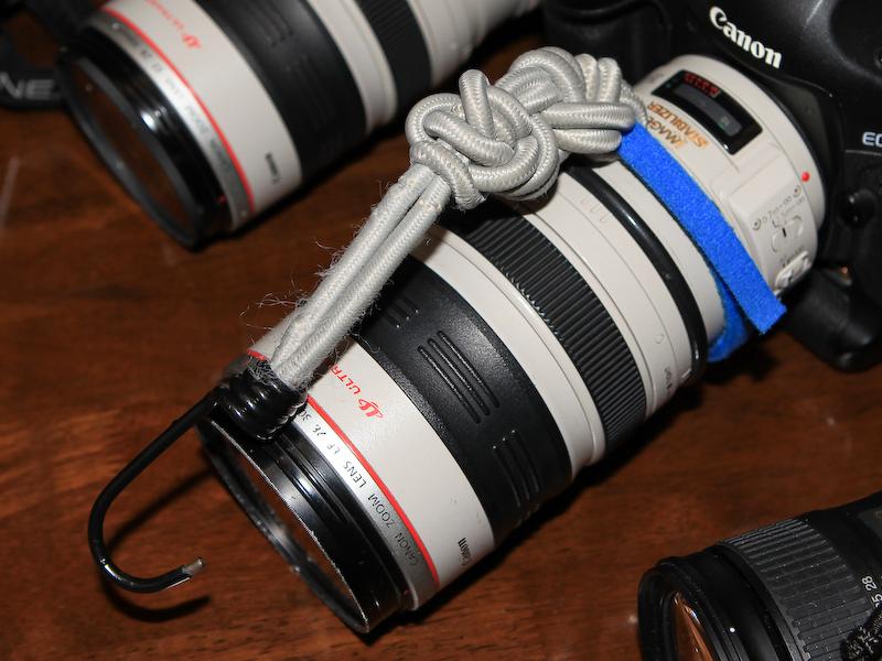 レンズやボディを吊すゴム紐も用意されている。