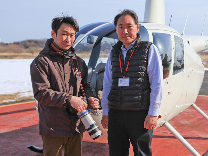 雄飛航空代表取締役社長の藤間七郎氏(右)と航空写真家の加藤健志氏(左)。