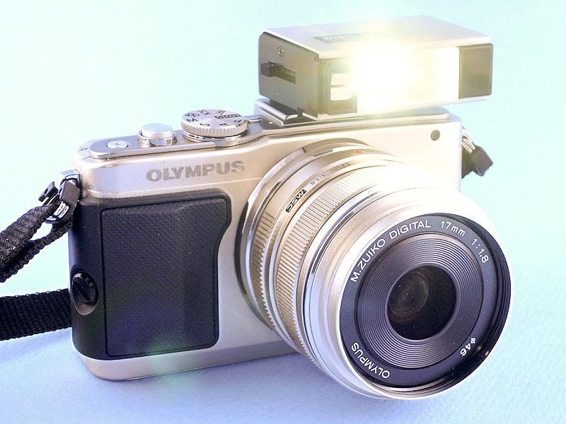 オリンパスがハーフ判フィルムカメラOLYMPUS PENを発売していた当時、「PEN-FLASH」という小型でスタイリッシュな照明用アクセサリーが発売されていた。これは現在のストロボとは異なり、使い捨てのフラッシュバルブを使うタイプで、今となっては使うことが難しい。そこで、PEN-FLASH内部にLEDライトを組み込み、現代のOLYMPUS PEN DIGITALにも使えるアクセサリーとして改造してみた。