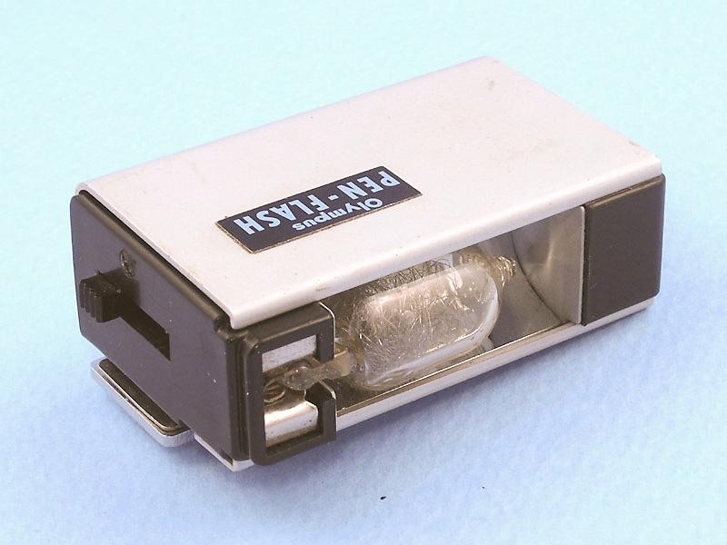 ハーフ判フィルムカメラOLYMPUS PENの時代に発売されていた、その名もPEN-FLASH。中古カメラ店のジャンクコーナーで売られているのを発見し、購入した。かなりコンパクトで、オシャレなデザインは現在のPEN DIGITALに装着しても似合いそうだ。