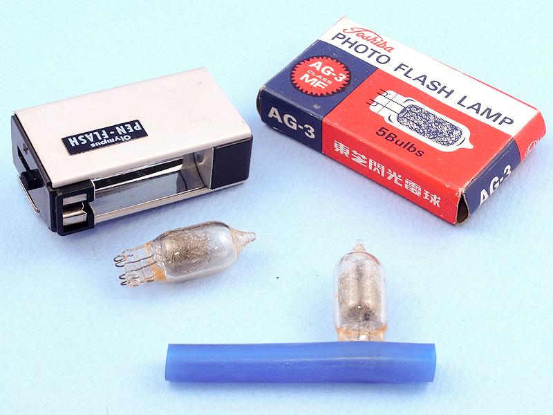 PEN-FLASHは現在のキセノン管を使ったストロボとは異なり、それが一般化する以前のブラッシュバルブ(閃光電球)を使うフラッシュガンなのである。フラッシュバルブに電圧をかけると、封入されたアルミニウムあるいはジルコニウムが燃焼し閃光を発する。フラッシュバルブは使い捨てで、本体向かって右のレバーを引いて排出する。