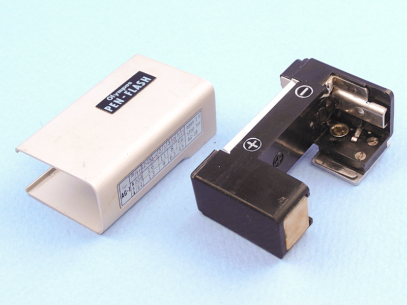 PEN-FLASHはアルミ製のシェルを引き抜き、プラスティック製の本体に電池を挿入する。この電池はネットで調べてみると「W10・15V」というフラッシュバルブ専用の積層電池で、もちろん現在では売られていない。