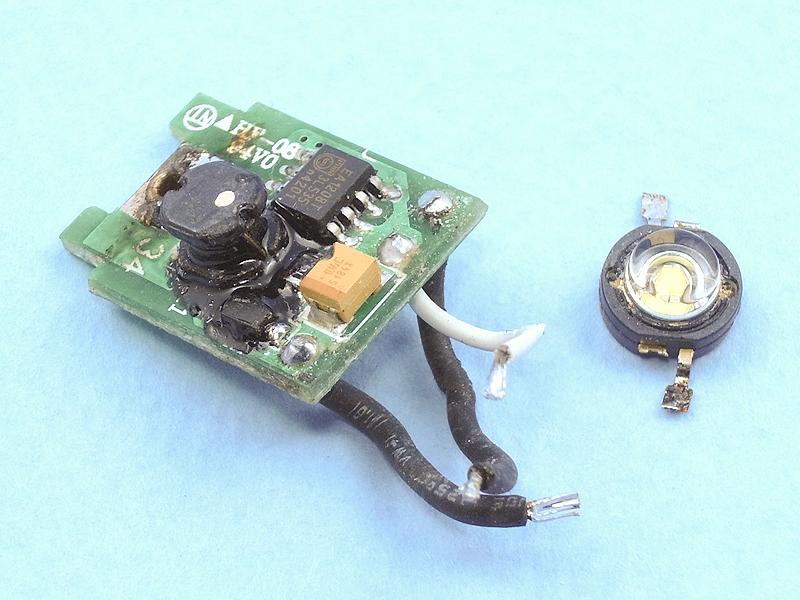 LEDライトをさらに昇圧回路と発光部とに分解してみる。このような工作は半田ゴテを使って、部品を壊したり無くさないよう気をつけながら丁寧に行なう。なお、今回ははじめから付いていたヒートシンクも外しているので、発熱の関係から短時間の点灯にとどめたい。熱対策としては、アルミ板を熱伝導の良い接着剤で貼り付けてヒートシンクとしても良い。