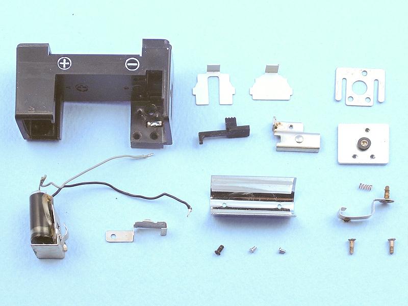 PEN-FLASH本体の方も、このようにバラバラに分解してみる。本体右にはコンデンサー? のような部品が収められていたが、このスペースにLEDの昇圧回路が収納できそうだ。
