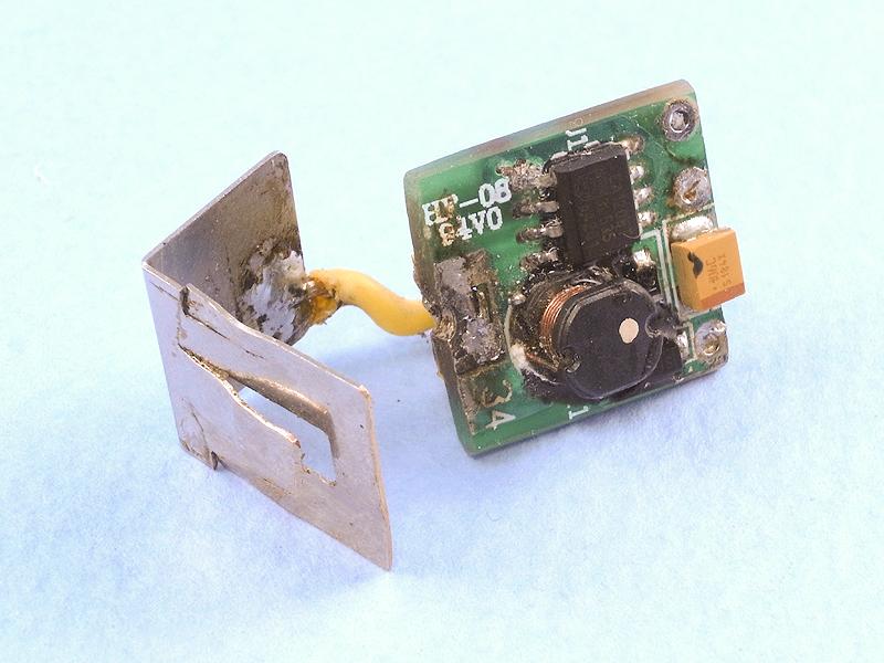 昇圧回路を再び取り出して、PEN-FLASHの電池ボックスに使われていた接点を、ちょっと加工して半田付けする。