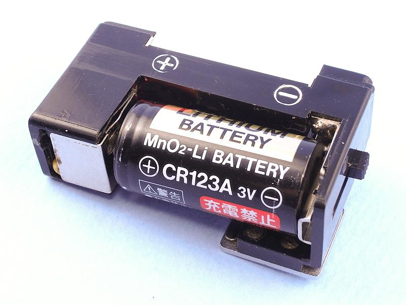 そして、試しに電池をセットしてみたのだが、実は偶然にもPEN-FLASHの電池ボックスが、3Vリチウム電池「CR123A」とほぼ同じサイズだったのだ。