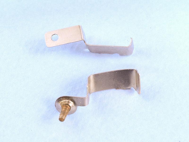 金具は先端部をペンチで切り取り、曲げを少し変える加工を施した。