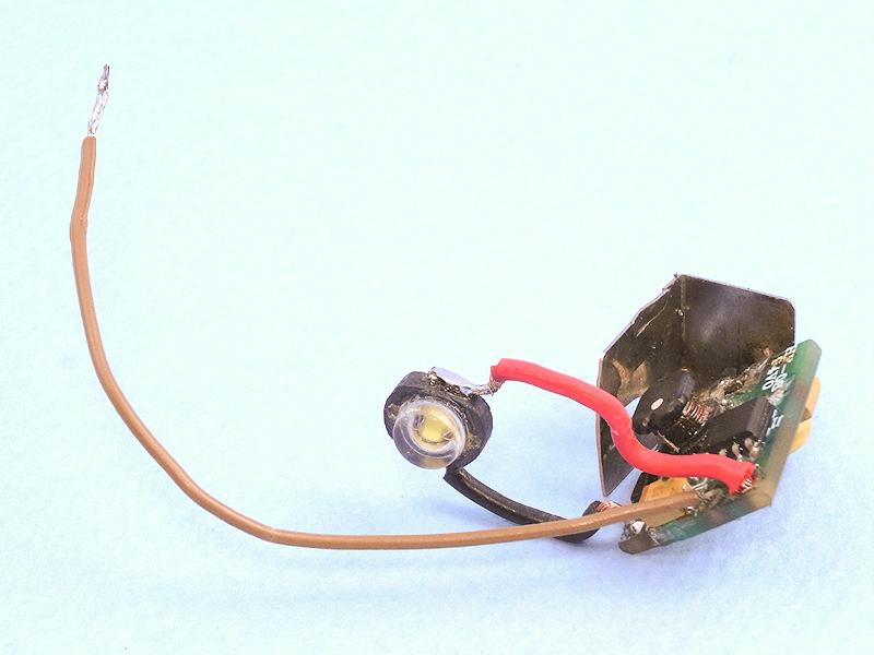 さらにまた昇圧回路を取り出し、LED発光部と電源スイッチ用のコードを半田付けする。