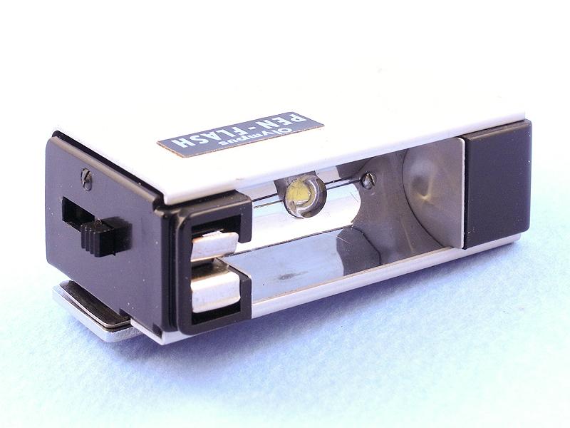 電池を入れて、外装シェルをセットすると、LEDライトとして生まれ変わった「PEN-FLASH DIGITAL」が完成する。