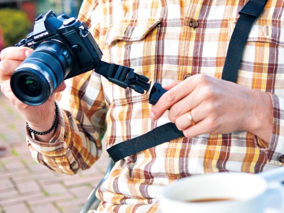 ストラップからカメラだけを着脱できるバックル