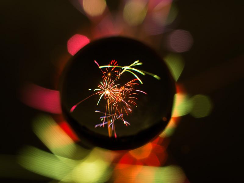 打ち上げ花火を宙玉に閉じ込めてみた。バックは強制的にボケるが、花火やイルミネーションなど、光るものを撮影するときれい。