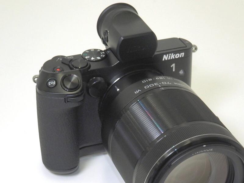 グリップ「GR-N1010」(単体税別1万7,000円)使用例。EVFと70-300mmレンズを装着